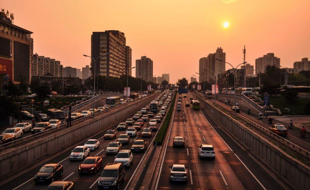Autos auf der Stadtautobahn in der Stadt