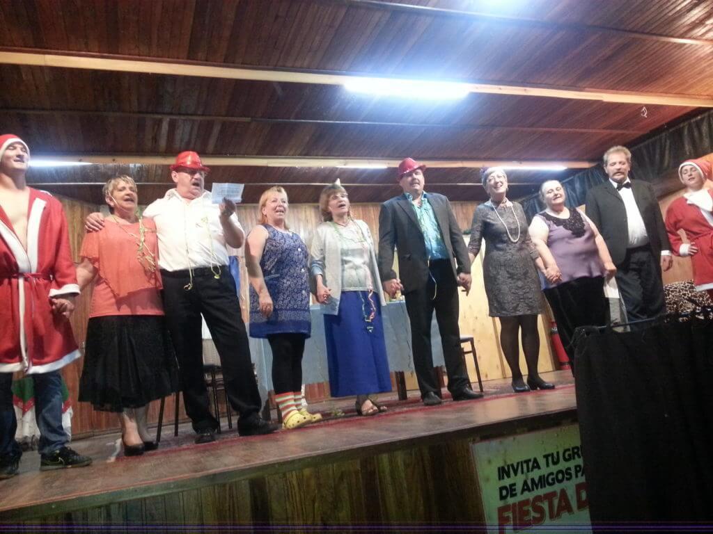 Theatergruppe singt auf der Bühne