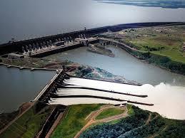 Luftbild von Wasserkraftwerk Itaipú in Paraguay
