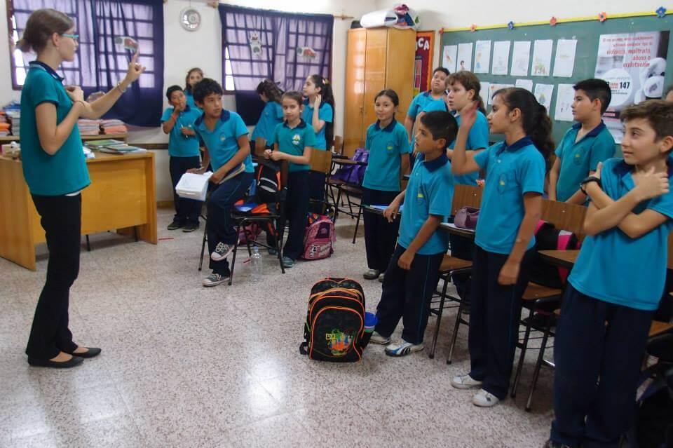 paraguayische Schulkinder im Klassenzimmer mit Lehrerin
