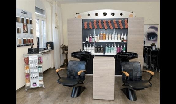 Friseurgeschäft mit zwei Stühlen