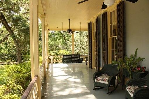 traumhafte Terrasse am Haus mit Blick in den Garten