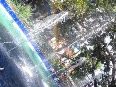 Springbrunnen mit Fontänen auf Platz in Mbocayaty