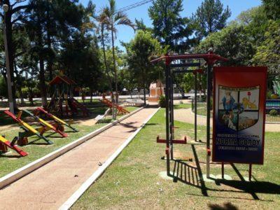 Spielplatz mit Wippe, Rutsch und Schaukel in Mbocayaty del Guairá