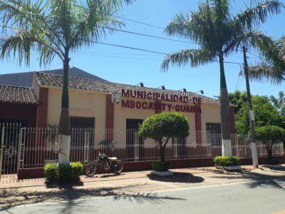 Gebäude der Stadtverwaltung / Municipalidad Mbocayaty mit Palmen vor dem Eingang