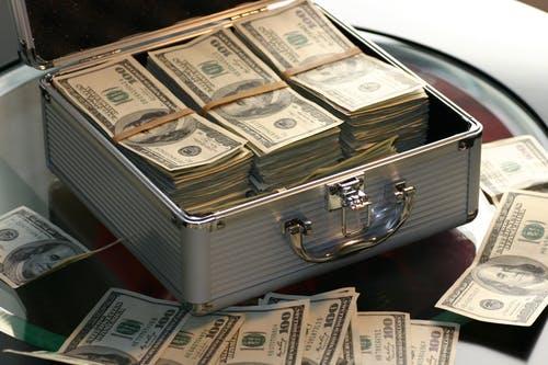 Koffer voll Banknoten