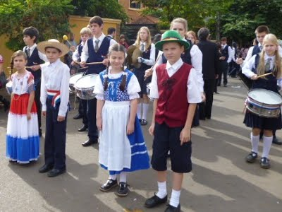 Schulkinder in Tracht